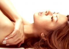 北川景子が何も身に纏わず寝そべる画像