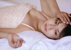 深田恭子が仰向けで寝そべった胸の谷間画像
