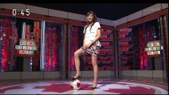 山岸舞彩(肩さん)がサッカーボールに足を乗せてパンチラしそうな画像