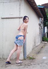 矢島舞美がパンツを脱いでプリ尻を露出している画像