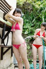 矢島舞美が鈴木愛理の尻にホースで水をぶっ掛けているエロ画像