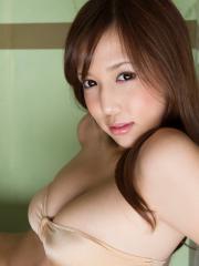 丸高愛実の巨乳な横乳を超接写した画像