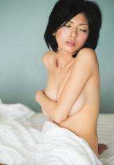 宮地真緒の手ブラ巨乳ヌード画像