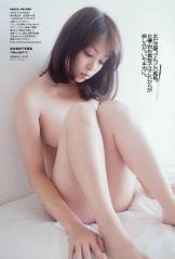 岩佐真悠子の全裸体育座りヌード画像