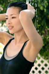 吉瀬美智子がタンクトップでシャワー脇画像
