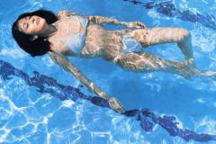 白石美帆がハイレグ水着で仰向けに泳ぐ画像