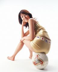 白石美帆の尻にサッカーボールが食い込んでいる画像