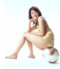 白石美帆のケツのワレメにサッカーボールが挟まっている画像