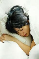 志田未来がベッドで眠る画像