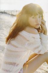 桐谷美玲がビキニにカーディガンで砂浜に座る画像