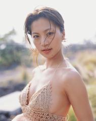 安田美沙子が横乳を曝け出している画像