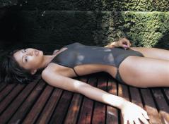 安田美沙子が仰向けでおっぱいの形とモリマンの膨らみをアピールしている水着画像