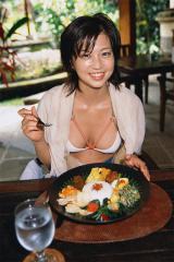安田美沙子の水着からニプレスがはみ出している画像