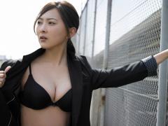 谷村美月が胸をはだけてブラジャーと巨乳を開陳画像