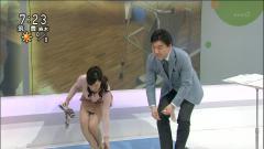 鈴木奈穂子アナが前屈みで胸チラの危機画像