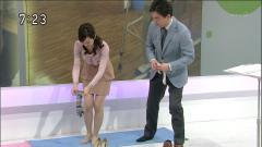 鈴木奈穂子が立ったまま靴下を履く画像