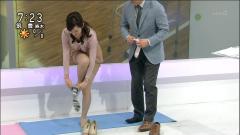 鈴木奈穂子の胸チラパンチラ同時危機画像