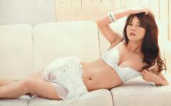 佐々木希がブラジャー姿で寝そべるエロ画像