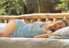 菊川怜が寝そべっておっぱいが意外にボリューム感満点な画像