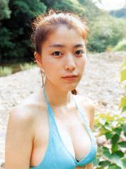 成海璃子の巨乳最新ビキニの谷間とボリューム感画像