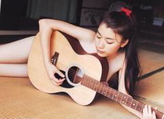 成海璃子の全裸ギターセミヌード画像