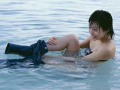 相武紗季が海の中でジーンズを脱ぎ谷間くっきり画像