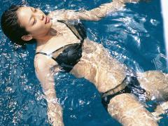 相武紗季がビキニで仰向けに泳ぐ画像