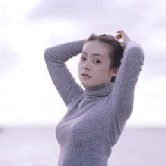 貫地谷しほりのニットのセーターで横乳がクッキリおっぱい画像