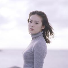 貫地谷しほりのニットセーターの横乳画像
