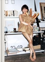 上原多香子が全裸でパンを抱える画像