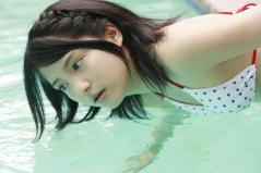川島海荷の前かがみおっぱい水着画像