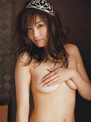 三津谷葉子の手ブラ上半身ヌード画像