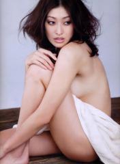 山田優が全裸で布だけをまとったヌード画像