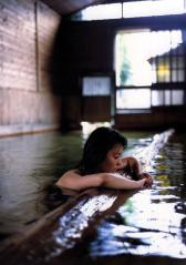 本仮屋ユイカの全裸温泉入浴画像