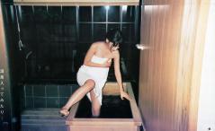 柏木由紀が浴槽をまたいでマンチラ寸前画像
