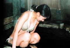 柏木由紀がビキニで尻だけ温泉に浸かる画像