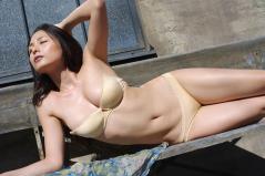 川村ゆきえが下着で寝そべり乳首ポロリ寸前画像