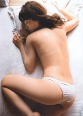 大島優子がパンツ1枚で上半身裸画像