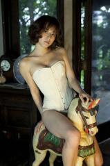 杉本有美がコルセットとパンティー姿で木馬に跨るエロ画像