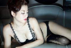 杉本有美がエロ下着でポロリ寸前画像
