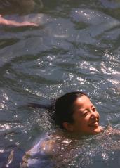 吉高由里子がヨーロッパの混浴露天風呂でタオル一枚で泳ぐ画像