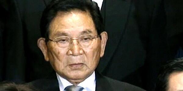 【政治】田中法務大臣、外国人献金問題に加え、週刊新潮の暴力団幹部の息子の仲人写真を認める。辞任必至。