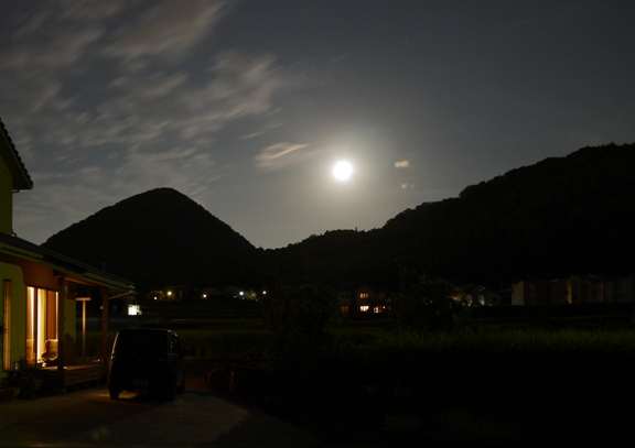 夜景モードで撮ったら、シャッターが下りるまでに40秒くらいかかった・・。長いよっ。その間に雲も月も動いちゃうってばよ。