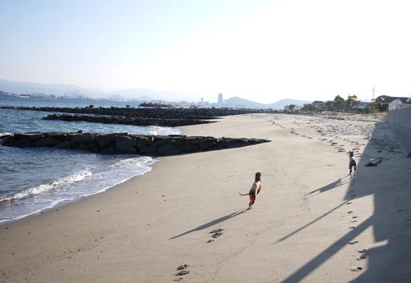 15時06分。夏なら海水浴客で賑わう場所。