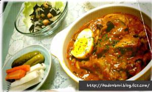 手羽元と夏野菜のタンドリーカレー、ひじきとお豆さんのマリネ、自家製ピクルス。
