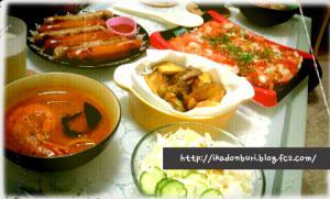ちらし寿司、ガーリックポテト、ブイヤベース、ソーセージ、サラダ。