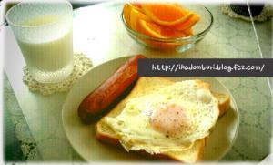 ぶれっくふぁすとって感じの朝御飯。目玉焼きトースト、ソーセージ、ネーブル、牛乳。