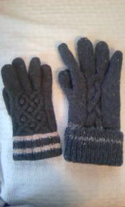 市販の手袋さんと 手編みの手袋くん