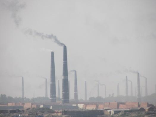 濛々と煙を上げるレンガ工場の煙突