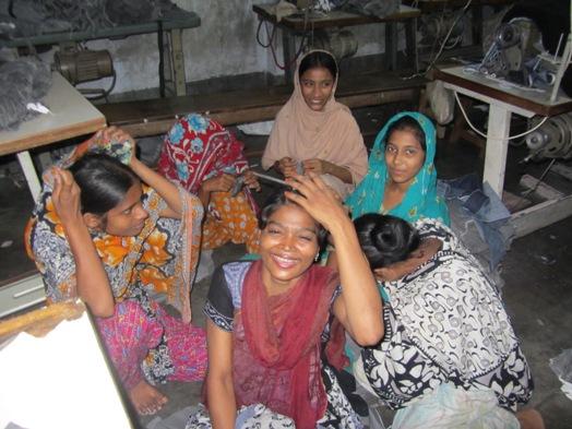 縫製工場で働く女性